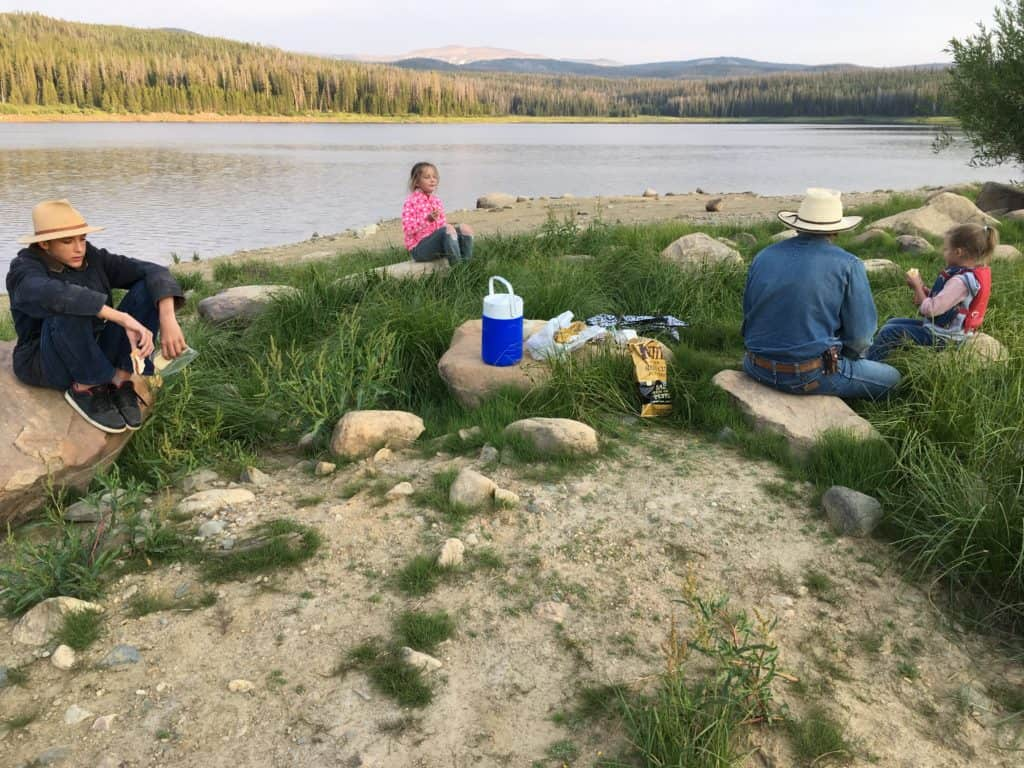 3 frugal ways to eat on a trip. (picnic at a lake)