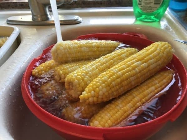 cooling corn ears in water